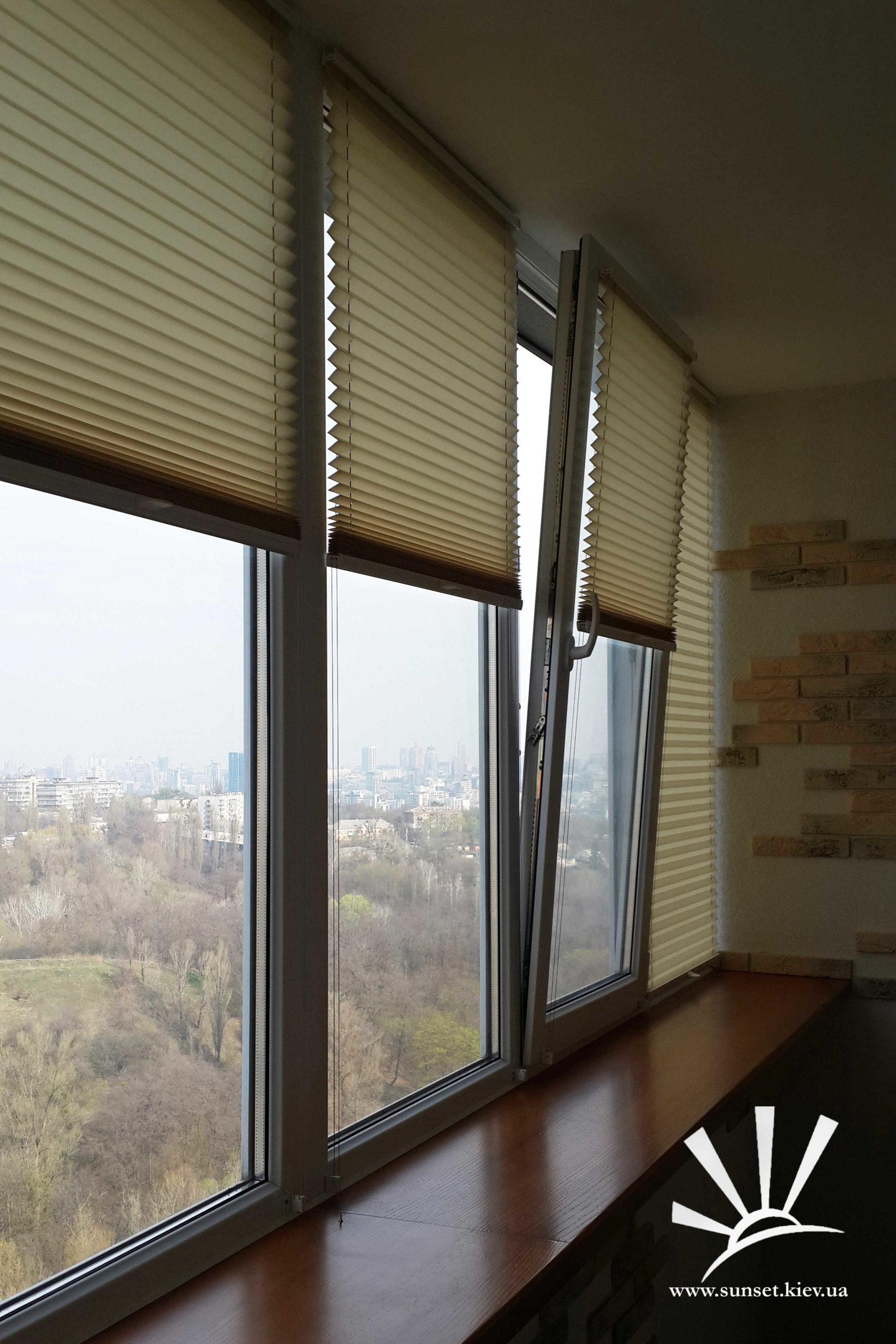 як повісити жалюзі на балконі фото